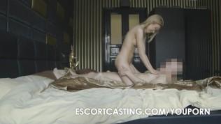 Escortpige Er På Besøg Hos En Ældre Mand På Et Hotelværelse - Nudie