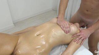 Blondine får massage og bliver liderlig og vil derfor have pik
