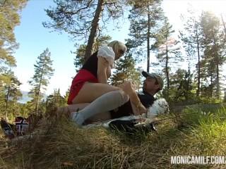 Pige Med Behåret Fisse Bliver Kneppet I Skoven - Nudie