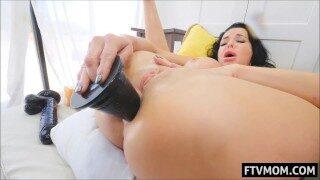 Moden kvinde leger med kæmpe anal dildo
